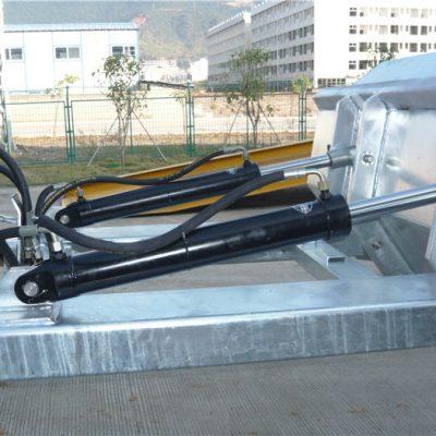 """Mahanizam pozitivnog zaključavanja, jednostavan za upotrebu. Sigurnosni lanac pričvršćuje spremnik za upravljanje vozilom. Zavareni šavovi sprječavaju curenje. Izuzetno duboki otvori vilica. 2 """"formirane gornje usne. Visoko vidljivi plavi završni premaz cakline"""